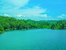 Lago hermoso cubierto por las colinas verdes Fotos de archivo libres de regalías