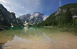 Lago hermoso de Braies en dolomía Fotografía de archivo libre de regalías