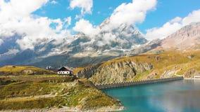 Lago hermoso de la montaña con waterfals almacen de metraje de vídeo