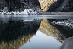Lago hermoso de la montaña del artouste en las montañas reflectoras del amanecer de la salida del sol, los Pirineos, Francia Imágenes de archivo libres de regalías