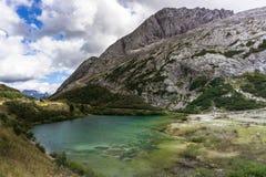 Lago hermoso de la montaña en las dolomías foto de archivo