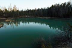 Lago hermoso de la turquesa en colores del estilo de Letonia - de Meditirenian en los Estados bálticos - ezers de Lackroga imagen de archivo libre de regalías