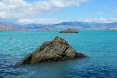 Lago hermoso del agua azul en Rio Tranquilo, Chile Fotografía de archivo