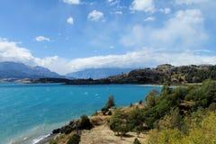 Lago hermoso del agua azul en Rio Tranquilo, Chile Foto de archivo libre de regalías