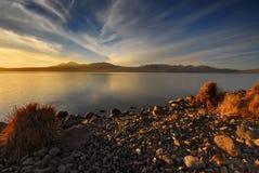 Lago hermoso del otoño con el cielo azul agradable imagenes de archivo