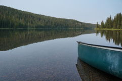 Lago hermoso en el bosque con una canoa Foto de archivo