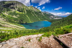 Lago hermoso en el medio de las montañas en el amanecer Fotos de archivo libres de regalías