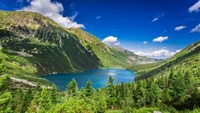 Lago hermoso en el medio de las montañas en la salida del sol Imágenes de archivo libres de regalías