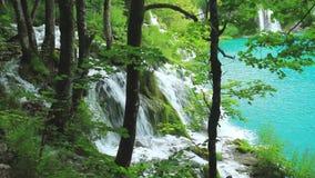 Lago hermoso en el parque nacional de Plitvice almacen de metraje de vídeo