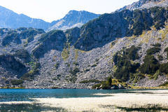 Lago hermoso en las montañas cerca de Bansko fotografía de archivo libre de regalías