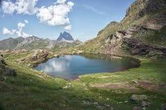 Lago hermoso en las montañas de Pirineos imagen de archivo