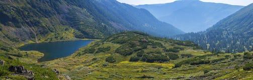 Lago hermoso en las montañas de Siberia Imágenes de archivo libres de regalías