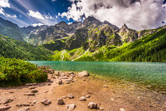 Lago hermoso en las montañas de Tatra en el amanecer Foto de archivo libre de regalías