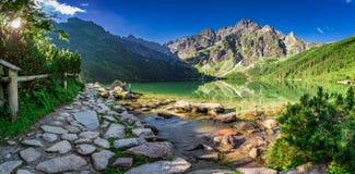Lago hermoso en las montañas en el amanecer en verano Imagenes de archivo