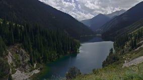 Lago hermoso en las montañas Revestimientos del tiempo metrajes