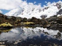 Lago hermoso en montaña de las cordilleras Imagenes de archivo