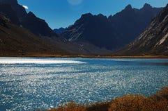 Lago hermoso en sol Foto de archivo libre de regalías