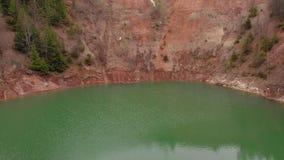 Lago hermoso en un cr?ter con agua de la turquesa Lanzamiento del helic?ptero metrajes