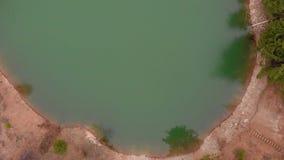 Lago hermoso en un cr?ter con agua de la turquesa Lanzamiento del helic?ptero almacen de metraje de vídeo