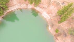 Lago hermoso en un cr?ter con agua de la turquesa Lanzamiento del helic?ptero almacen de video