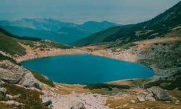Lago hermoso Galesu del paisaje de la montaña en el parque nacional Rumania de Retezat Foto de archivo libre de regalías