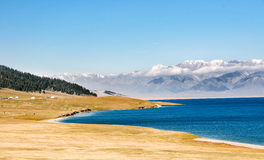 Lago hermoso Sailimu en Xinjiang, China Fotografía de archivo
