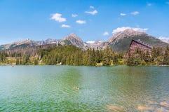 Lago hermoso Strbske Pleso en alto Tatras de Eslovaquia Imágenes de archivo libres de regalías