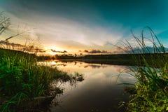 Lago hermoso thailand con salida del sol Fotos de archivo