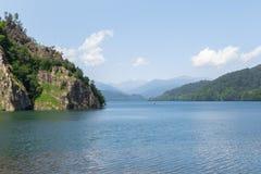 Lago hermoso Vidraru en Rumania fotografía de archivo