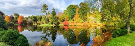 Lago hermoso y árboles coloridos de Nueva Inglaterra en el mar del follaje imagen de archivo