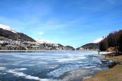 Lago hermoso y cielo azul Fotografía de archivo