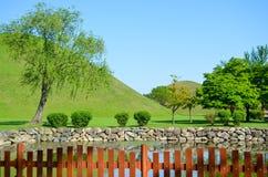 Lago hermoso y parque ajardinado Foto de archivo libre de regalías