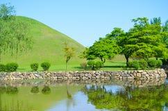 Lago hermoso y parque ajardinado Fotos de archivo