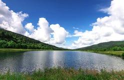Lago hermoso y verdor circundante Foto de archivo