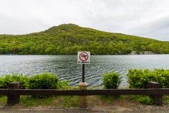 Lago hessian en montaña del oso en el norte del estado Nueva York imagenes de archivo