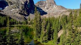 Lago high mountain na cordilheira de sete diabos em Idaho central video estoque