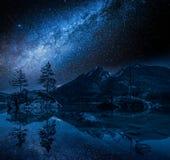 Lago Hintersee in alpi alla notte con le stelle, Germania Immagine Stock