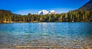 Lago Hintersee con le montagne nevose nelle alpi da Berchtesgaden Fotografia Stock