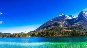 Lago Hintersee con le montagne nevose nelle alpi da Berchtesgaden Fotografia Stock Libera da Diritti