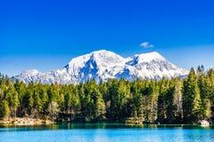 Lago Hintersee con le montagne nevose nelle alpi da Berchtesgaden fotografie stock