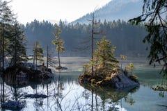 Lago Hintersee en las montañas fotografía de archivo libre de regalías