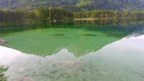 Lago Hintersee mountain no alvorecer frio na mola, cumes de Alemanha filme