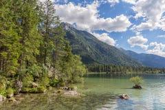 Lago Hintersee vicino a Ramsau in alpi bavaresi con gli alberi Fotografia Stock