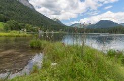 Lago Hintersee vicino a Ramsau in alpi bavaresi con gli hotel Immagini Stock