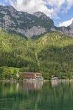 Lago Hintersee vicino a Ramsau in alpi bavaresi con gli hotel Immagini Stock Libere da Diritti