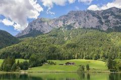 Lago Hintersee vicino a Ramsau in alpi bavaresi con gli hotel Fotografie Stock