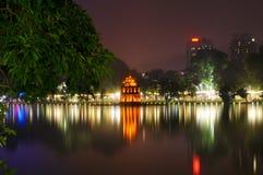 Lago Hoan Kiem alla notte immagine stock