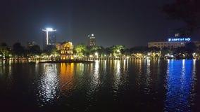 Lago Hoan Kiem en noche foto de archivo