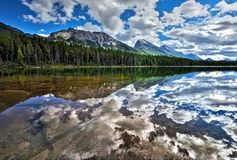 Lago honeymoon surronded dalla foresta e dalle montagne Fotografia Stock Libera da Diritti