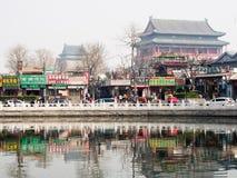 Lago Houhai com cilindro e torres de Bell, Pequim Foto de Stock Royalty Free